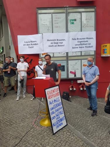Betriebsratsvorsitzender Martin Rathke spricht zu den Demonstranten