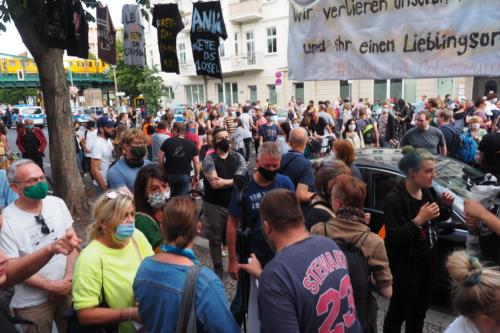 rund 800 Menschen versammeln sich vor dem Colosseum um friedlich zu demonstrieren